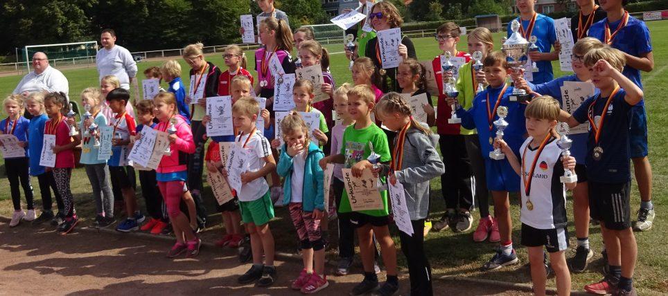 Großer Pokalregen für die Jugendstadtmeister im Dreikampf und Mittelstreckenlauf